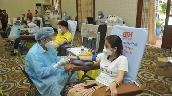 Các tình nguyện viên tham gia hiến máu nhân đạo. Ảnh: CAO THĂNG