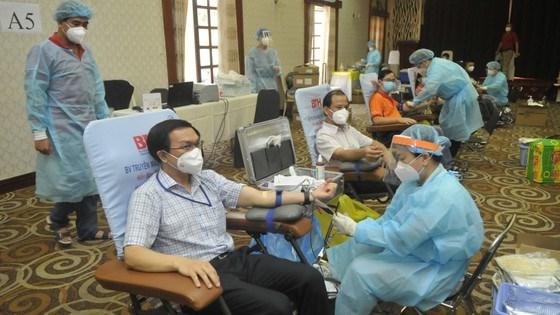 Giám đốc Sở Thông tin Truyền thông TPHCM Lâm Đình Thắng cùng lãnh đạo các sở ngành và tình nguyện viên tham gia hiến máu. Ảnh: CAO THĂNG