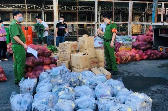 Văn phòng Cơ quan CSĐT Bộ Công an vừa trao tặng hơn 14 tấn rau, củ, quả cho bà con nghèo, có hoàn cảnh khó khăn trên địa bàn TPHCM. Ảnh: THANH TÒNG