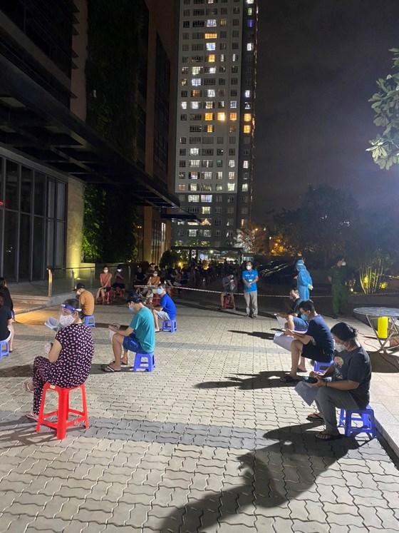 Người dân chờ tiêm vaccine vào buổi tối tại chung cư Giai Việt (phường 5, quận 8, TPHCM). Ảnh: Quận 8 cung cấp