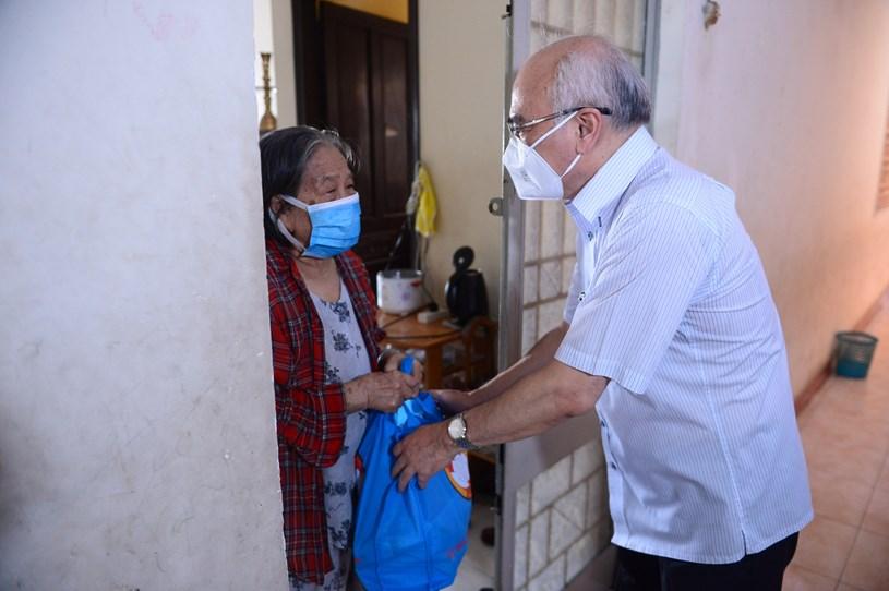 Trưởng Ban Tuyên giáo Thành ủy TP.HCM động viên các cụ già giữ sức khỏe và tinh thần lạc quan - Ảnh: QUANG ĐỊNH
