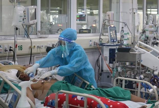 Bác sỹ chăm sóc cho bệnh nhân nặng mắc COVID-19. (Ảnh: TTXVN)