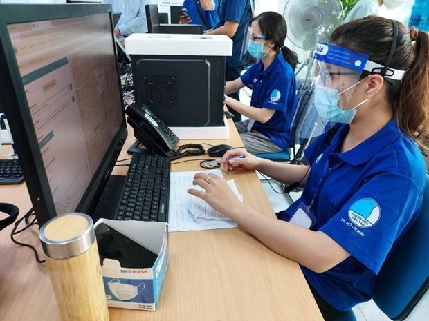 Tình nguyện viên cập nhật dữ liệu liên quan đến hoạt động điều phối vận chuyển bệnh nhân mắc COVID-19 trên hệ thống công nghệ thông tin tại Trung tâm cấp cứu 115. (Ảnh: Thu Hương - TTXVN)
