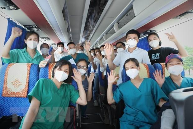 Các y, bác sỹ, nhân viên y tế tỉnh Bắc Giang chào tạm biệt mọi người lên đường chống dịch. (Ảnh: Danh Lam/TTXVN)