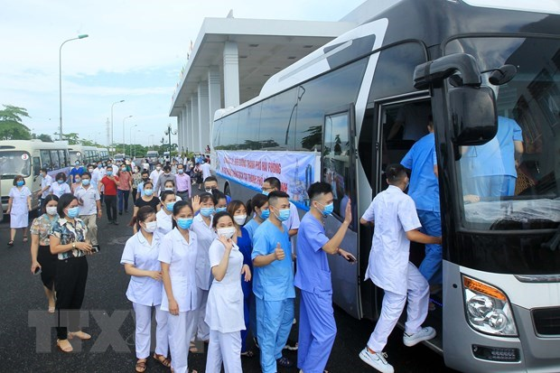 Các y, bác sỹ lên đường chi viện cho thành phố Hồ Chí MInh. (Ảnh: An Đăng/TTXVN)