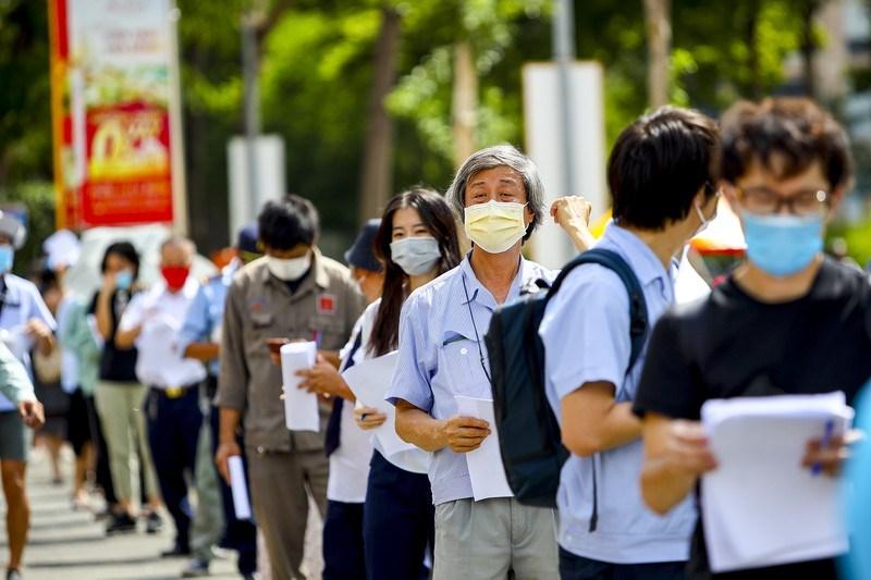 Chiều 5/8,tại điểm tiêm Phú Mỹ Hưng Sale Gallery phường Tân Phú, quận 7, UBND phường đã tổ chức tiêm vắc xin cho khoảng 400 người nước ngoài.