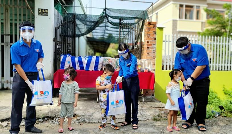Tặng quà cho thiếu nhi tại huyện Củ Chi