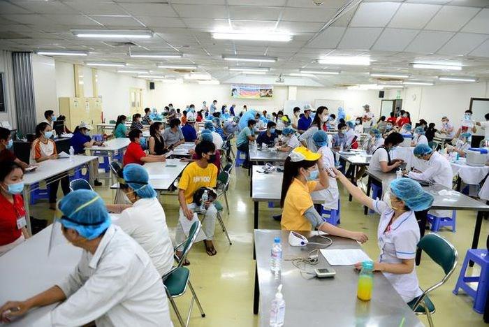 Tiêm vắc-xin cho người lao động tại khu chế xuất-khu công nghiệp ở TP HCM (Ảnh: HOÀNG TRIỀU)