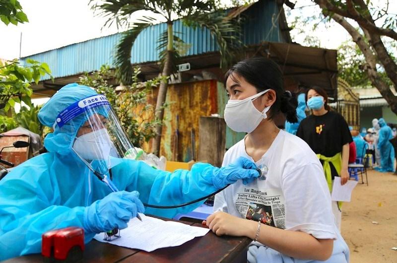 Cán bộ y tế tiêm vaccine cho người dân trong khu phong toả ở TP Thủ Đức. Ảnh: HOÀNG GIANG