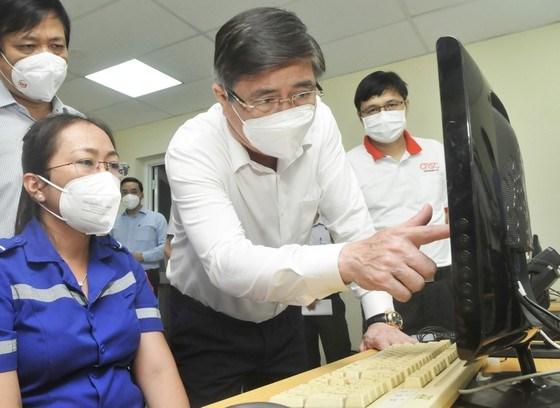 Chủ tịch UBND TPHCM Nguyễn Thành Phong kiểm tra hệ thống vận chuyển bệnh nhân tại Công viên phần mềm Quang Trung. Ảnh: CAO THĂNG
