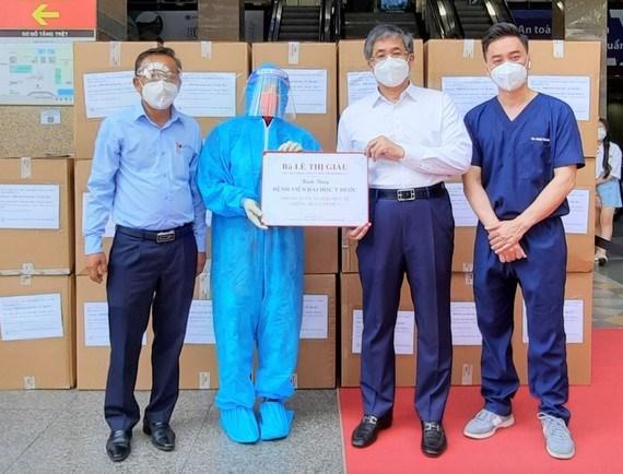 Trao bảng tượng trưng 2.000 bộ đồ phòng hộ hỗ trợ Bệnh viện Đại học Y dược TPHCM