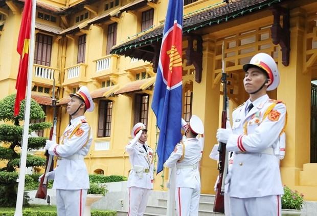 Lực lượng tiêu binh thực hiện nghi thức thượng cờ ASEAN. (Ảnh: Lâm Khánh/TTXVN)