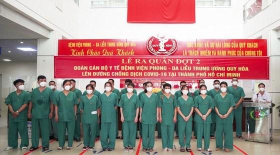 Đoàn y, bác sĩ Bệnh viện Phong - Da liễu Trung ương Quy Hòa ra quân tham gia chống dịch tại TPHCM chiều 10-8. Ảnh: T.A.