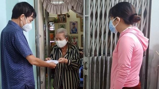 Đại diện quận Bình Thạnh trao hỗ trợ lần 2 cho hộ nghèo, cận nghèo tại các xóm lao động.Ảnh: THÁI PHƯƠNG