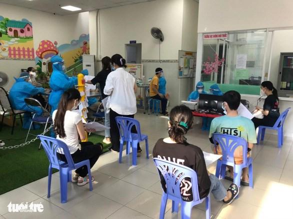 Sinh viên ký túc xá Bách khoa được tiêm vắc xin ngừa COVID-19