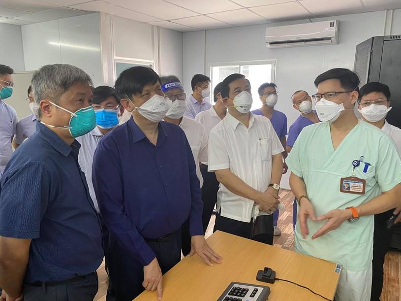 Bộ trưởng Nguyễn Thanh Long kiểm tra họng oxy, khí nén và máy hút trung tâm tại Trung tâm ICU, BV Việt Đức. Ảnh: VGP/Mạnh Cường
