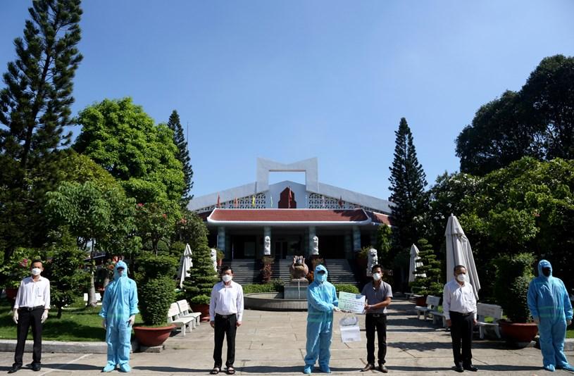 TP.HCM động viên các công nhân tham gia hỏa táng người mất vì COVID-19 tại Trung tâm hỏa táng Bình Hưng Hòa sáng 16-8 - Ảnh: LÊ PHAN