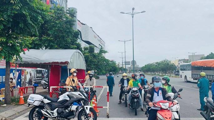 """Chốt kiểm soát trên đường Phạm Văn Đồng dừng kiểm tra mã bằng mã QR sang kiểm tra giấy """"thông hành"""""""
