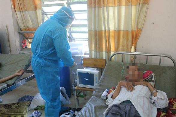 Các bác sĩ Bệnh viện dã chiến huyện Bình Chánh nỗ lực ngày đêm để cấp cứu cho F0 - Ảnh: THU HIẾN