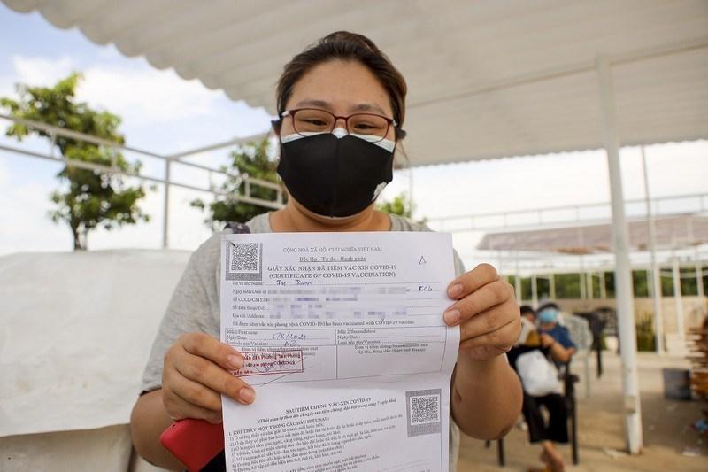 Người nước ngoài tại quận 7 được tiêm vaccine vào ngày 5/8. Ảnh: NGUYỆT NHI