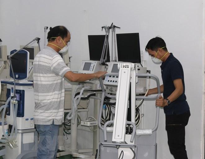 Kiểm tra thiết bị máy móc y tế tại Trung tâm hồi sức tích cực Bệnh viện dã chiến số 14. (Ảnh: Xuân Tình/TTXVN)