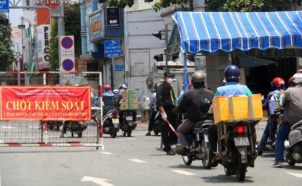 Chốt kiểm tra phương tiện giao thông trên đường Cộng Hòa (quận Tân Bình). (Ảnh: Thanh Vũ/TTXVN)