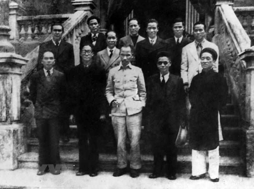 Chủ tịch Hồ Chí Minh và các thành viên Hội đồng Chính phủ lâm thời nước Việt Nam Dân chủ Cộng hoà ra mắt sau phiên họp đầu tiên, sáng 3/9/1945. Tại phiên họp này, Chủ tịch Hồ Chí Minh đã đặt vấn đề về sự cần thiết phải có một bản Hiến pháp dân chủ cho nước Việt Nam. (Ảnh: TTXVN)