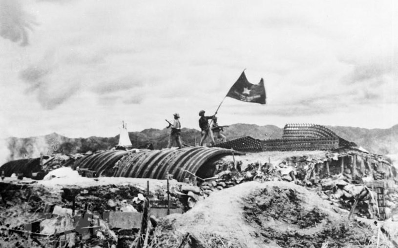 """Chiều 7/5/1954, lá cờ """"Quyết chiến - Quyết thắng"""" của Quân đội nhân dân Việt Nam tung bay trên nóc hầm tướng De Castries, đánh dấu thời khắc của chiến thắng Điện Biên Phủ """"lừng lẫy năm châu, chấn động địa cầu"""". (Ảnh: Tư liệu) TTXVN"""