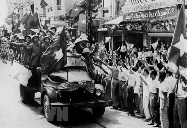 """Với thắng lợi vẻ vang của cuộc kháng chiến 9 năm gian khổ chống thực dân Pháp mà đỉnh cao là chiến thắng lịch sử Điện Biên Phủ """"lừng lẫy năm châu, chấn động địa cầu,"""" nhân dân ta đã bảo vệ và phát triển thành quả của Cách mạng Tháng Tám, là thắng lợi của ý chí và quyết tâm chiến đấu của nhân dân ta vì độc lập, tự do và hoà bình của dân tộc, góp phần vào phong trào đấu tranh vì tự do, dân chủ của nhân loại tiến bộ trên toàn thế giới. Trong ảnh: Bộ đội ta từ các cửa ô tiến vào tiếp quản Thủ đô Hà Nội, ngày 10/10/1954. (Ảnh: Tư liệu TTXVN)"""