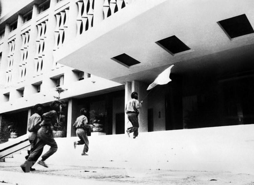 Đại thắng mùa Xuân 1975, với đỉnh cao là chiến dịch Hồ Chí Minh lịch sử, là thành quả vĩ đại của nhân dân ta, thể hiện ý chí, khát vọng độc lập, thống nhất Tổ quốc của dân tộc ta trong thời đại Hồ Chí Minh. Trong ảnh: Các chiến sỹ Quân đoàn 2 - Binh đoàn Hương Giang tiến vào cắm cờ trên nóc Phủ Tổng thống ngụy quyền Sài Gòn lúc 11 giờ 30 phút ngày 30/4/1975, đánh dấu thời khắc lịch sử giải phóng miền Nam, thống nhất Tổ quốc. (Ảnh: Vũ Tạo/TTXVN)