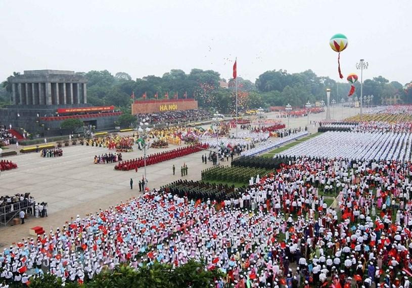 """76 năm đã qua, tinh thần của Cách mạng Tháng Tám, chân lý của Chủ tịch Hồ Chí Minh: """"Không có gì quý hơn độc lập, tự do"""" vẫn luôn ngời sáng trong sự nghiệp đấu tranh giành độc lập, thống nhất, bảo vệ và thực hiện thắng lợi công cuộc xây dựng một nước Việt Nam hòa bình, thống nhất, độc lập, dân chủ và giàu mạnh của toàn dân tộc dưới sự lãnh đạo của Đảng Cộng sản Việt Nam quang vinh. (Ảnh: Nhan Sáng/TTXVN)"""