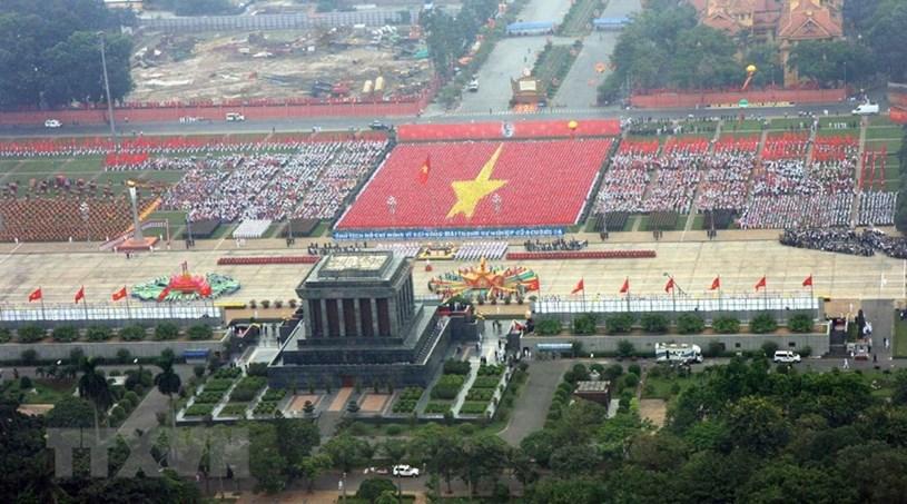 """76 năm đã qua, tinh thần của Cách mạng Tháng Tám, chân lý của Chủ tịch Hồ Chí Minh: """"Không có gì quý hơn độc lập, tự do"""" vẫn luôn ngời sáng trong sự nghiệp đấu tranh giành độc lập, thống nhất, bảo vệ và thực hiện thắng lợi công cuộc xây dựng một nước Việt Nam hòa bình, thống nhất, độc lập, dân chủ và giàu mạnh của toàn dân tộc dưới sự lãnh đạo của Đảng Cộng sản Việt Nam quang vinh. (Ảnh: Trọng Đức/TTXVN)"""