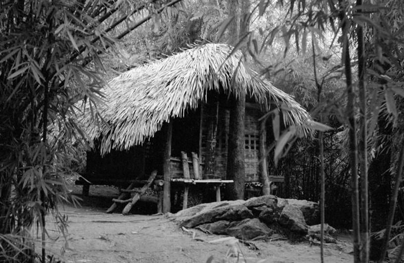 Lán Nà Nưa (Tuyên Quang) - nơi Bác Hồ làm việc trong những ngày ở chiến khu Việt Bắc. Những văn kiện, chỉ thị, các chủ trương kế hoạch đều được Bác khởi thảo từ căn lán này. Tại đây, Bác Hồ đã triệu tập hội nghị cán bộ ngày 4/6/1945, quyết định thống nhất chiến khu thành Khu giải phóng Việt Bắc, đặt dưới sự lãnh đạo của Ủy ban chỉ huy lâm thời và thống nhất các lực lượng vũ trang thành Quân giải phóng. (Ảnh: TTXVN)