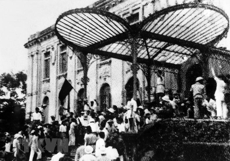 Quần chúng nhân dân Thủ đô đánh chiếm Bắc Bộ phủ, cơ quan đầu não của chính quyền tay sai Pháp ở Bắc Bộ, ngày 19/8/1945. (Ảnh: TTXVN)