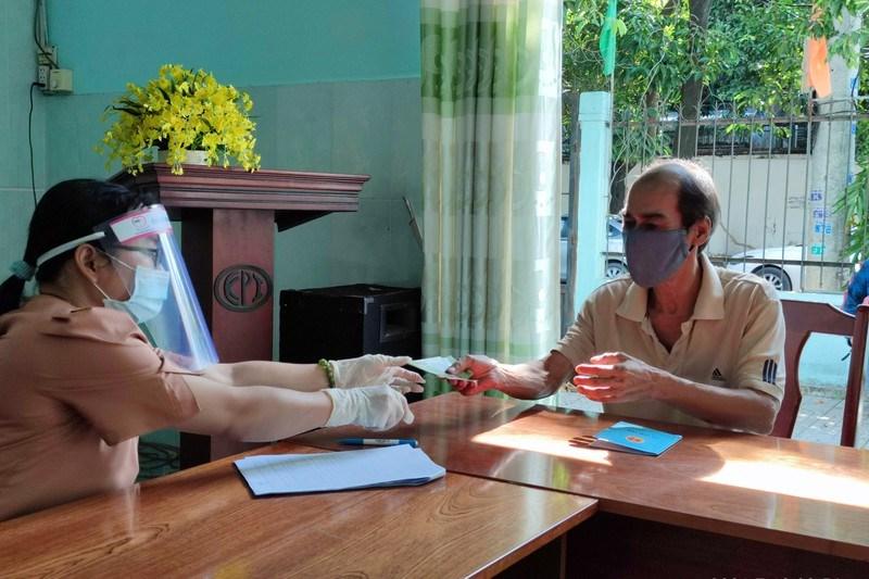 Người dân phường Thạnh Xuân, quận 12 nhận hỗ trợ đợt 1