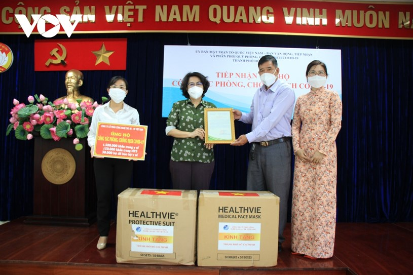 Bà Tô Thị Bích Châu, Chủ tịch Ủy ban MTTQ TP.HCM (thứ 2 từ trái sang) tiếp nhận ủng hộ công tác phòng, chống dịch Covid-19 của đại diện Công ty Cổ phần Công nghệ cao AS-TK Việt Nam