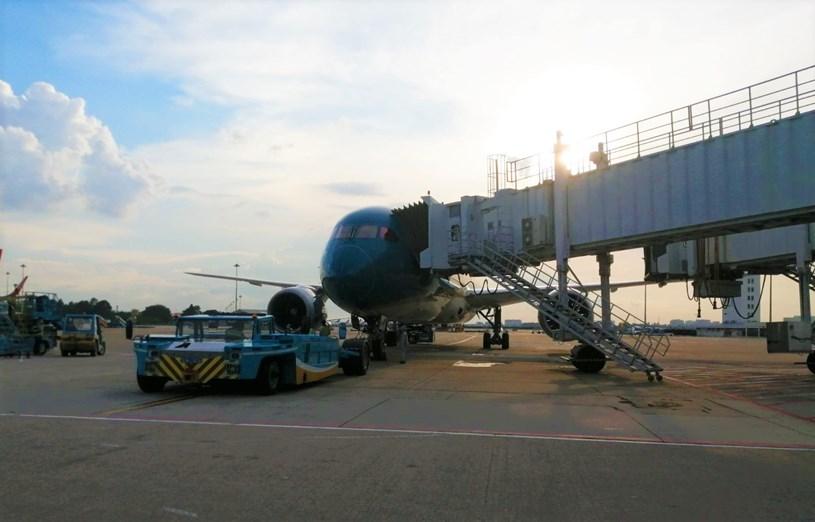 Chuyến bay Vietnam Airlines VN213 chở lực lượng y tế và hậu cần hạ cánh tại Tân Sơn Nhất chiều nay 22-8. Ảnh: VNA