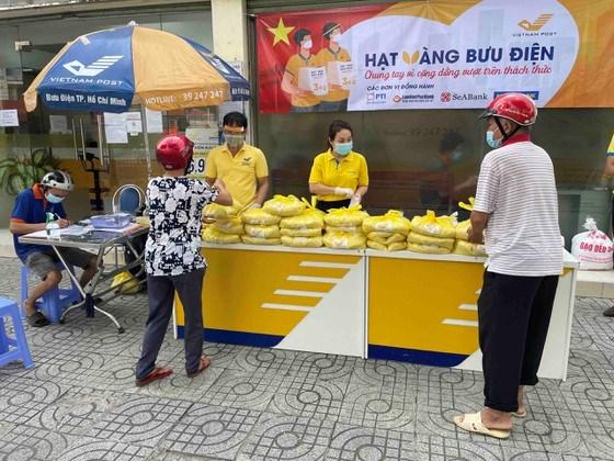 Người dân TPHCM nhận gạo hỗ trợ từ chương trình Hạt vàng bưu điện