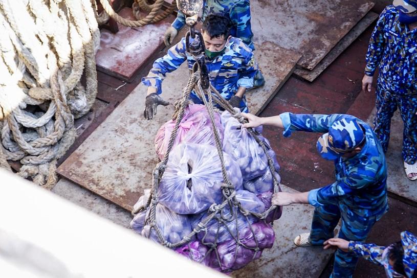Lực lượng Hải quân Việt Nam hỗ trợ vận chuyển lương thực, nông sản từ các tỉnh miền Tây về TP.HCM - Ảnh: Công ty cổ phần Pacific Foods