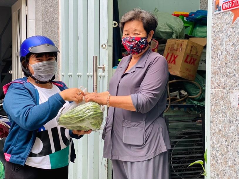 Người dân nhận thực phẩm sau khi nhờ UBND phường đi chợ thay.