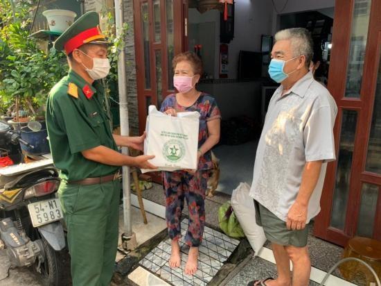 Ban Chỉ huy Quân sự quận Bình Tân gửi thực phẩm và nhu yếu phẩm đến nhà người dân.