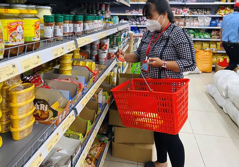 Cán bộ phường 10, quận 4, TP HCM lựa chọn thực phẩm để đi chợ thay giúp người dân