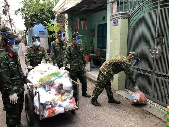 Bộ đội trao quà hỗ trợ tới người dân quận 8