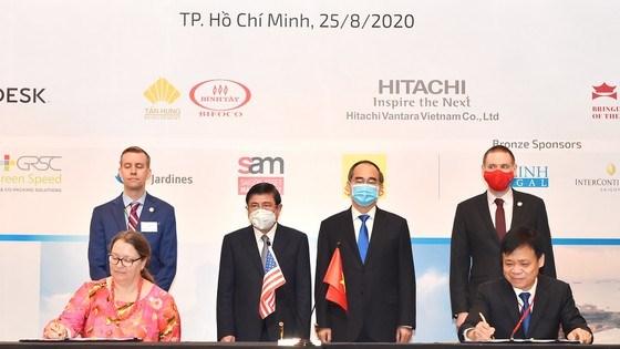 Bí thư Thành ủy TPHCM Nguyễn Thiện Nhân và Chủ tịch UBNDTPHCM Nguyễn Thành Phong chứng kiến lễ ký kết giữa Sở TT-TT và Tổng lãnh sự Hoa Kỳ. Ảnh: VIỆT DŨNG