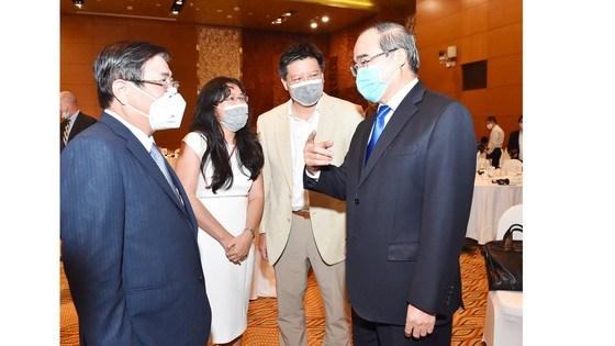 Bí Thư Thành ủy TPHCM Nguyễn Thiện Nhân và Chủ tịch UBNDTPHCM Nguyễn Thành Phong trao đổi cùng các đại biểu dự Diễn đàn Doanh nghiệp TPHCM-Hoa Kỳ. Ảnh: VIỆT DŨNG