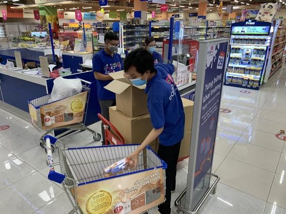 Nhiều siêu thị cho biết đang có tình trạng quá tải vì thiếu nhân sự, và trong vài ngày tới tình trạng này sẽ phổ biến hơn do nhu cầu mua hàng của người dân tăng cao - Ảnh: C.M.