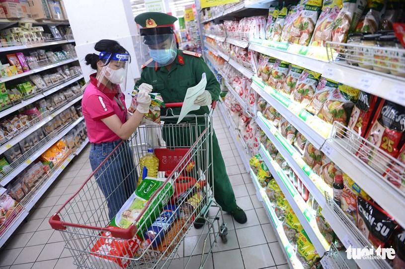 Nhân viên của siêu thị hỗ trợ chiến sĩ lựa chọn hàng hóa theo đúng danh sách các combo đã được chuẩn bị