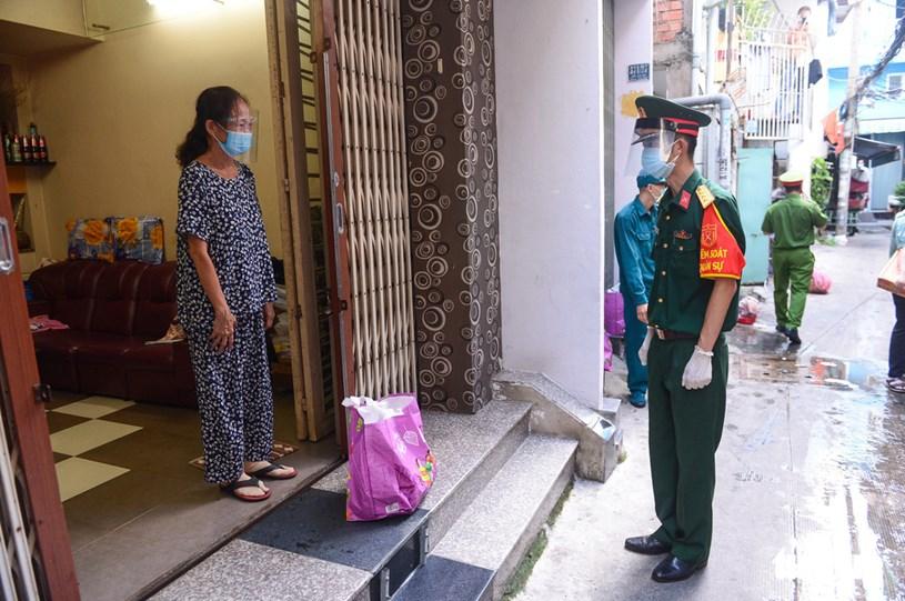 Cô Lệ Hoa vui mừng khi nhận thực phẩm từ tay các chiến sĩ, cô cho biết cô đặt hôm qua thì hôm nay được giao, gia đình rất an tâm ở nhà chống dịch, không đi ra ngoài khi biết rằng hàng hóa đã có bộ đội đi mua giúp
