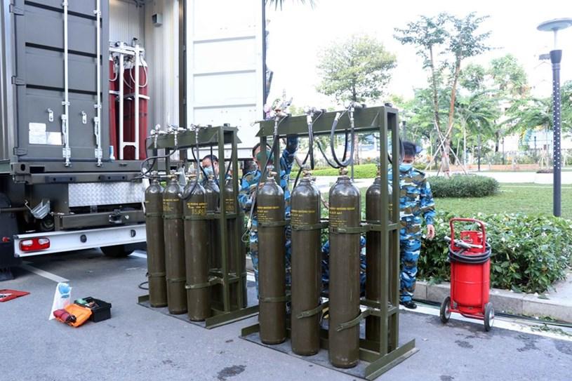 Hai hệ thống sản xuất oxy lưu động có công suất 40-60 bình oxy sang chiết loại 40 lít/ngày được triển khai sẵn sàng đáp ứng nhu cầu vê oxy thở của các bệnh viện trên địa bàn TP.