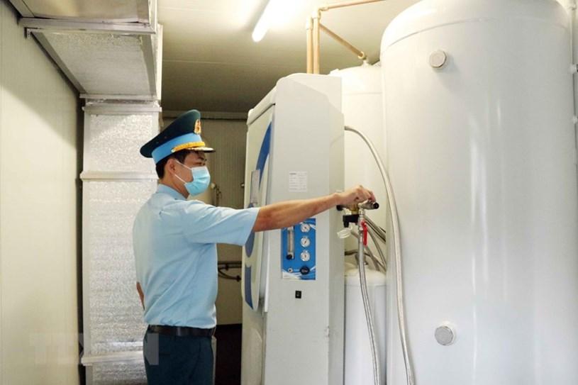 Các thiết bị máy móc sản xuất oxy được đặt gọn trong thùng một xe vận tải cỡ lớn.
